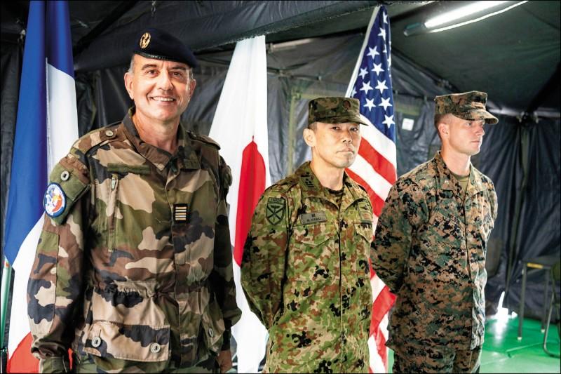 美國陸戰隊、日本陸上自衛隊「水陸機動團」和法國陸軍,十四至十六日在日本九州舉行實兵聯合演習,釋出聯手威懾中國的強烈訊息。圖為陸自第一水陸機動連隊長開雅史(中)、法國陸軍中校馬凱路(Henri Marcaillou,左)和美軍陸戰隊中校尼爾森(Jeremy Nelson)共同出席記者會。(路透)