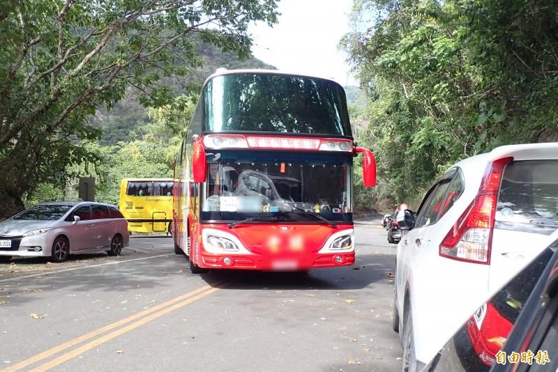 花蓮上週末仍有遊覽車出現在風景區,花蓮縣府昨日宣佈拉高防疫措施。(本報資料照)