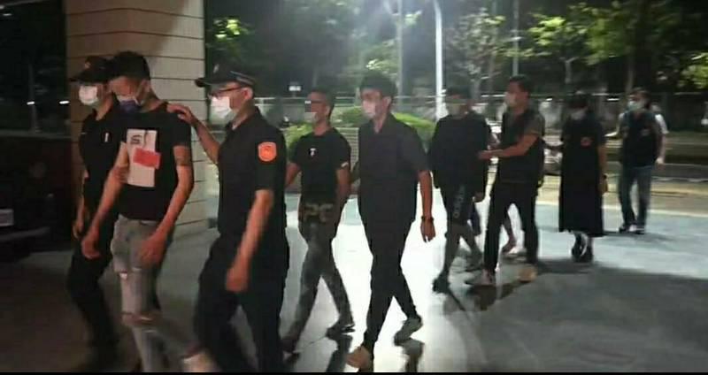 警方逮獲5人依法送辦。(民眾提供)