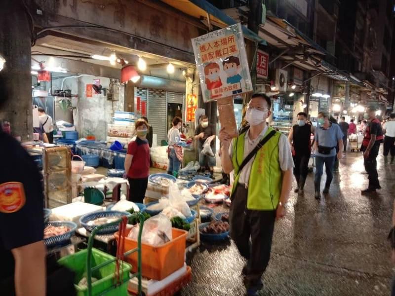 基隆市府派員到北部最大漁貨市場崁仔頂,沿路向攤商及顧客宣導戴口罩。(翻攝林右昌臉書)