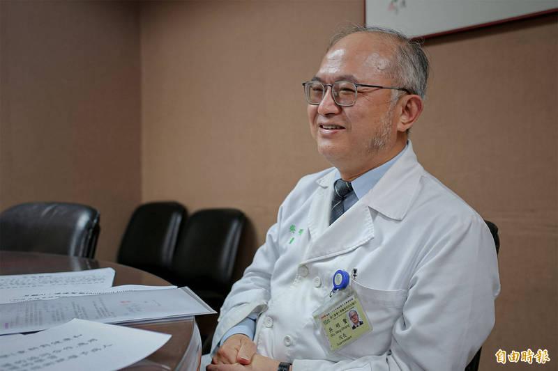 台大醫院院長吳明賢向同仁信心喊話,他認為無硝煙的戰爭才剛開始,但他深信台灣人民的水準,無論黑夜再長,白晝終會到來。(記者邱芷柔攝)