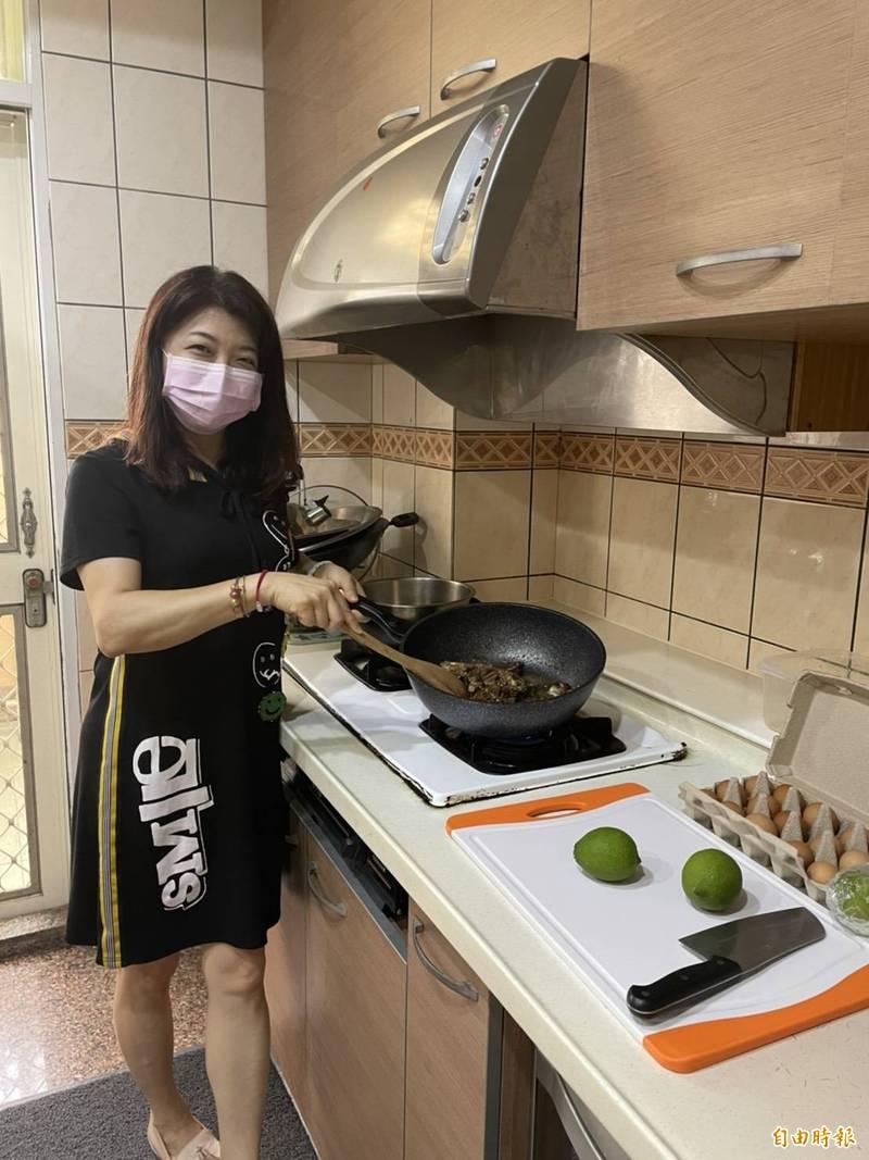 市議員吳瓊華表示,兩週不用跑攤,她晚上終於可以下廚煮自己愛吃的菜。(記者蘇金鳳攝)