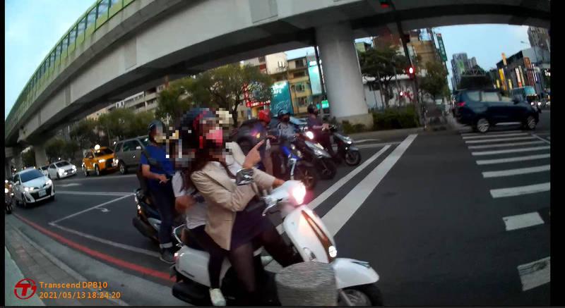 騎車孕婦疑流產又塞在紅燈。(記者許國楨翻攝)