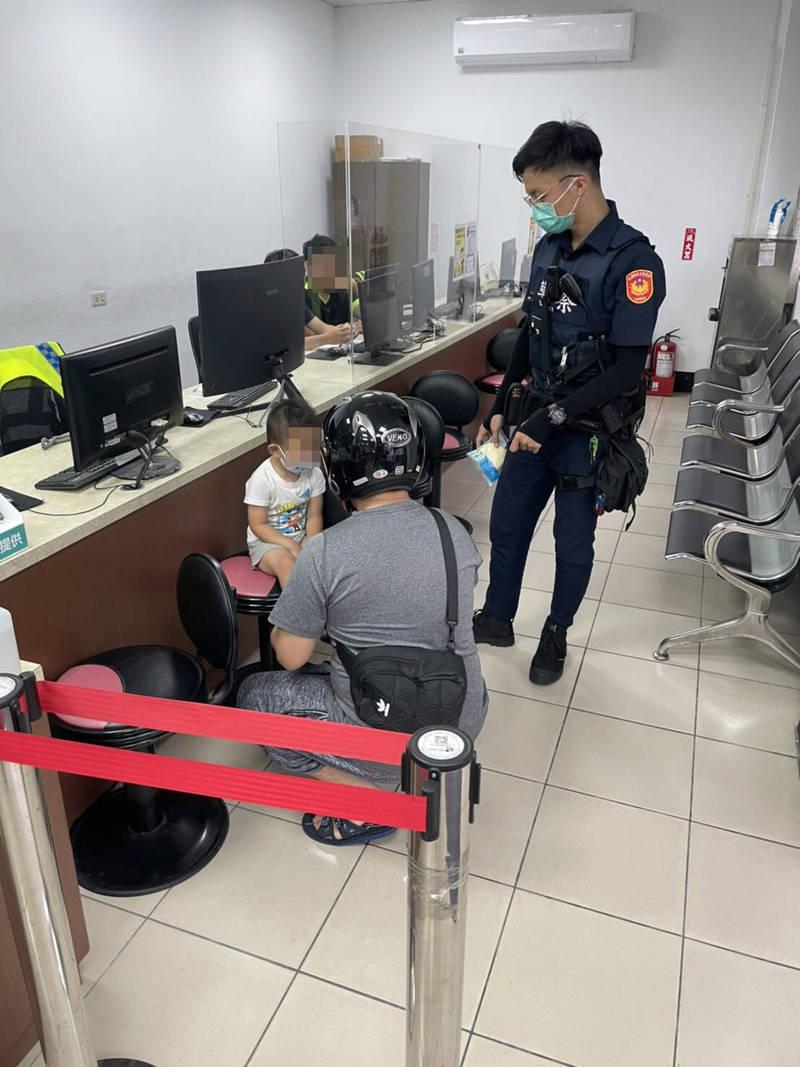 男童與家人採買防疫物資不慎走失,巡警扮保母安撫,並幫他找到爸爸。(記者李容萍翻攝)
