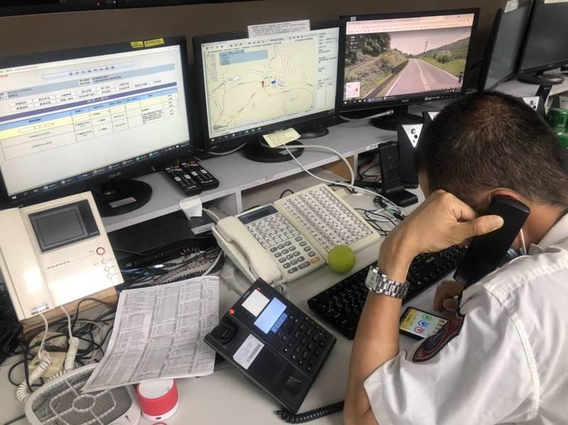 南市消防局119執勤員在線上引導民眾載用「119報案APP」派遣救援車禍案。(圖:南市消防局提供)