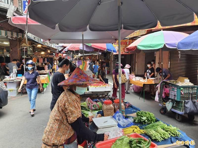 基隆市七堵南興市場是基隆人採購生鮮食品與日常用品的重要市場,案2089確診婦從5月2日到5月12日每天早上7點到8點去買菜,市政府下令今天下午開始停業到5月30日。(記者俞肇福攝)
