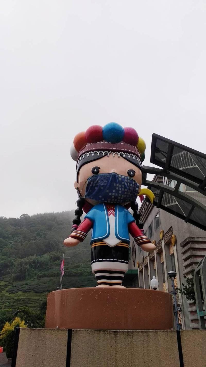 原住民部落防疫升級,阿里山鄉公所鄒族娃娃也戴上口罩,宣導全民防疫。(麥正治提供)