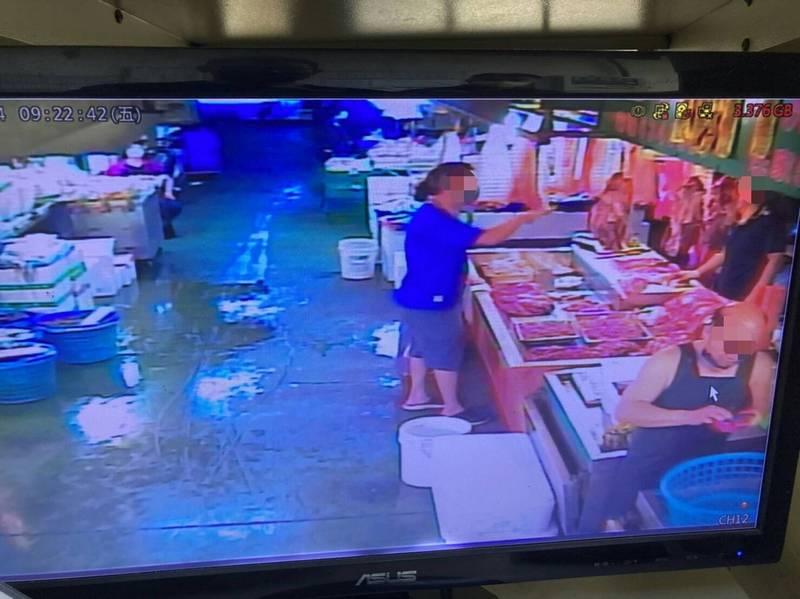 新竹市政府針對果菜市場攤商未依規定戴好口罩,透過監視器畫面,開出8張罰單,呼籲攤商及民眾配合防疫工作。(市府提供)