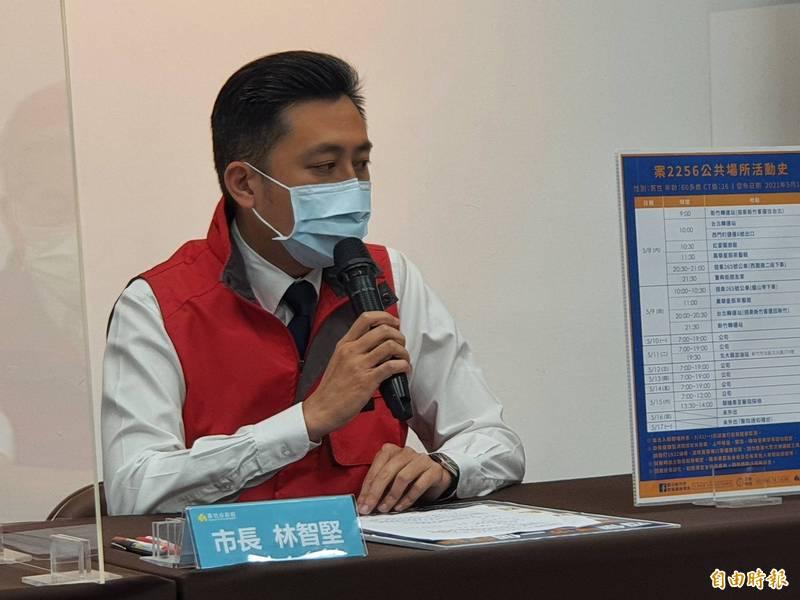 新竹市長林智堅今天開記者會宣佈竹市有一例萬華活動史的確診個案,是自行採檢確診,但症狀輕微,已在醫院治療中。(記者洪美秀攝)