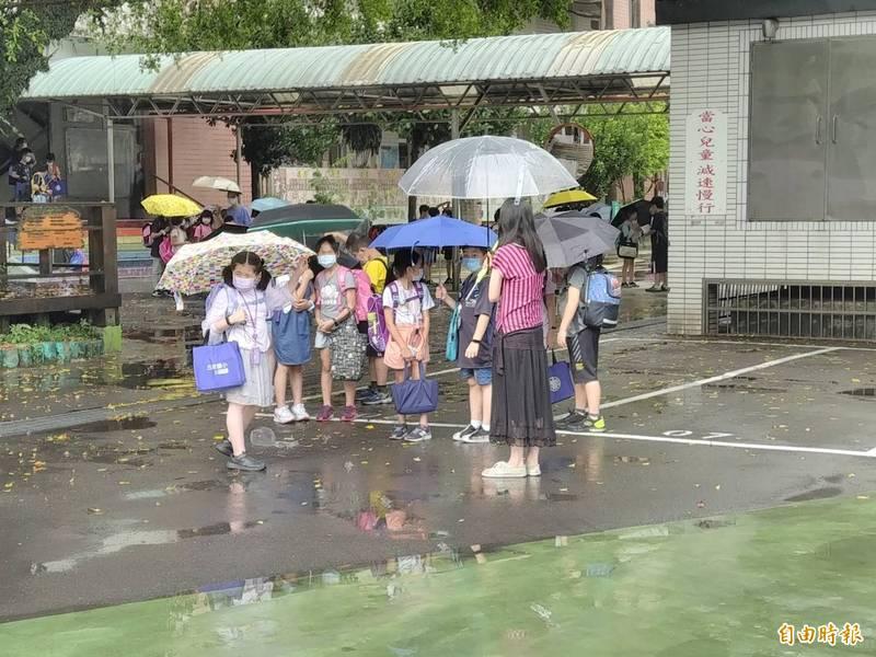 教育部宣布全國各級學校明天起停課到5月28日,小朋友對於這樣的變化感到很興奮。(記者俞肇福攝)