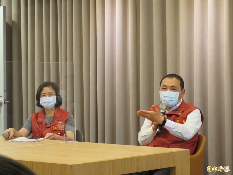 新北市長侯友宜說明目前暫不考慮設置方艙醫院,左為新北市政府衛生局長陳潤秋,兩人座位相隔上透明隔板。(記者陳心瑜攝)