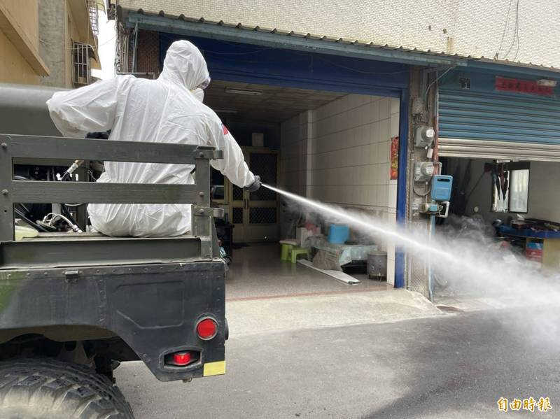 陸軍第十軍團36化學兵群偵消營進駐溪湖地區,進行全鎮消毒。(記者陳冠備攝)