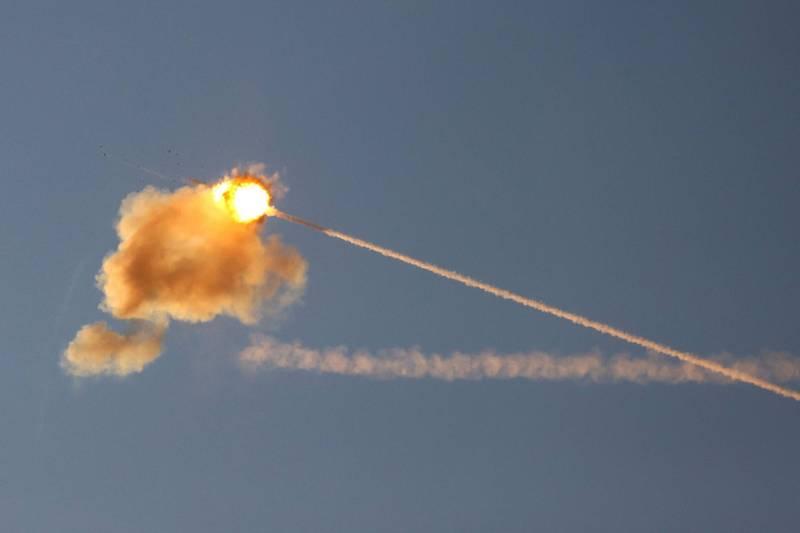 以色列「鐵穹」防空系統17日擊落一枚從加薩走廊發射的火箭彈。(路透)