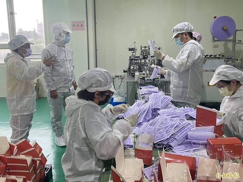 金門醫療口罩工廠總經理陳澤林(左1)向金湖鎮長陳文顧(左2)說明口罩生產流程。(記者吳正庭攝)
