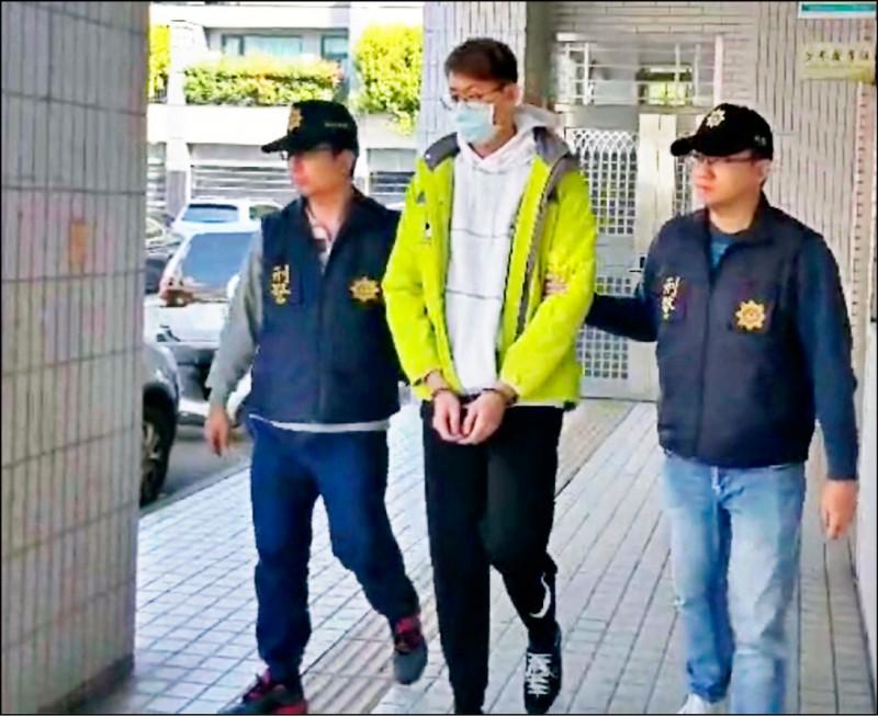 警方破獲粉紅車手集團,陳姓首腦(中)被逮捕收押。(記者許國楨翻攝)