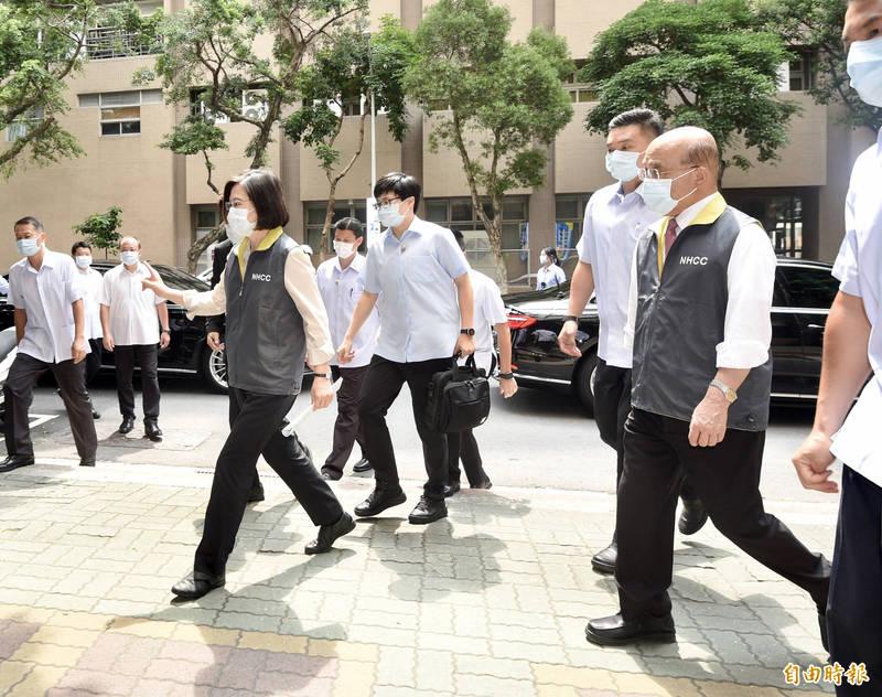 疫情升溫,總統蔡英文(左)及行政院長蘇貞昌(右)18日上午至中央流行疫情指揮中心視察。(記者羅沛德攝)