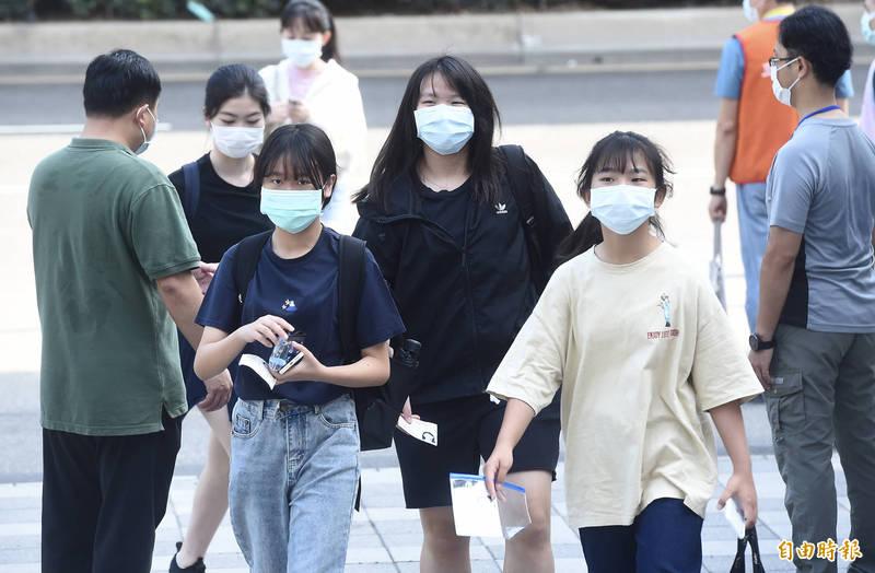 網傳美國醫師建議「口罩不只要戴一個,要戴兩個,即使兩個都是外科口罩」,台灣事實查核中心闢謠「戴兩層外科口罩,因為無法增加密合度,是無效作法」。示意圖,與本文無關。(資料照)