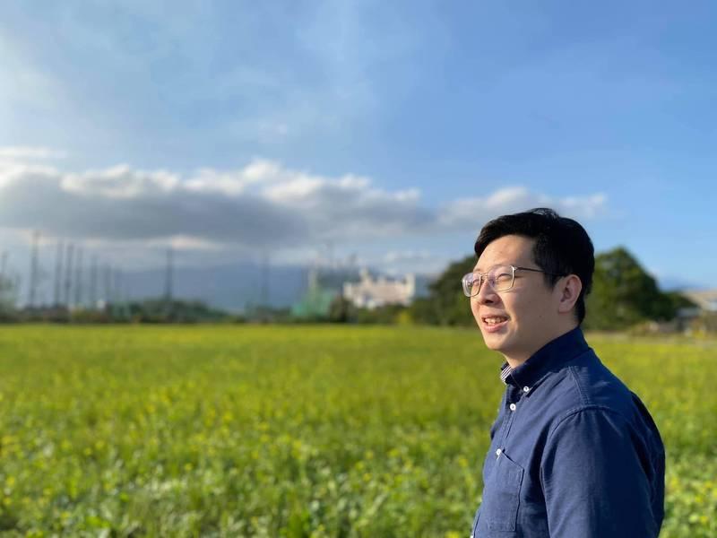 王浩宇現居台東,在臉書表示自己昨天吃午餐時碰到一群徹夜騎車來台東「避難」的大學生,還問他哪裡有酒吧,讓他傻眼。(翻攝王浩宇臉書)
