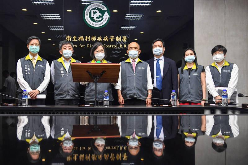疫情升溫,總統蔡英文(左三)在行政院長蘇貞昌(左四)陪同下,上午視察中央疫情指揮中心。(中央流行疫情指揮中心提供)