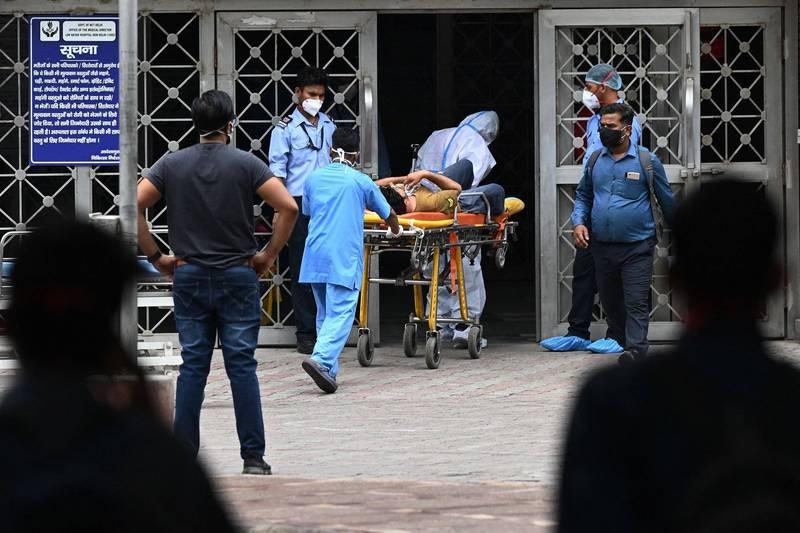 印度武漢肺炎疫情嚴峻,累計超過2500萬例,於此同時,強烈氣旋陶特(Tauktae)來襲加劇當地公衛危機。(法新社)