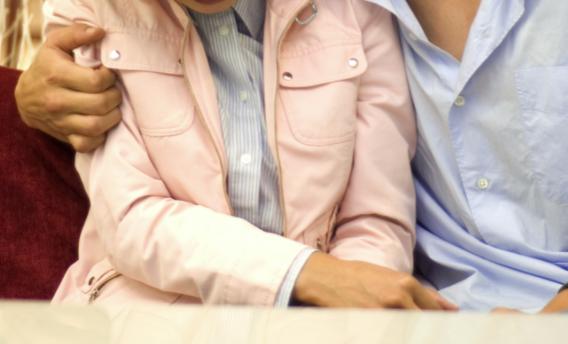 張男扯開同事的口罩意圖強吻,嚇得女方掙脫後報警提告。(情境照)