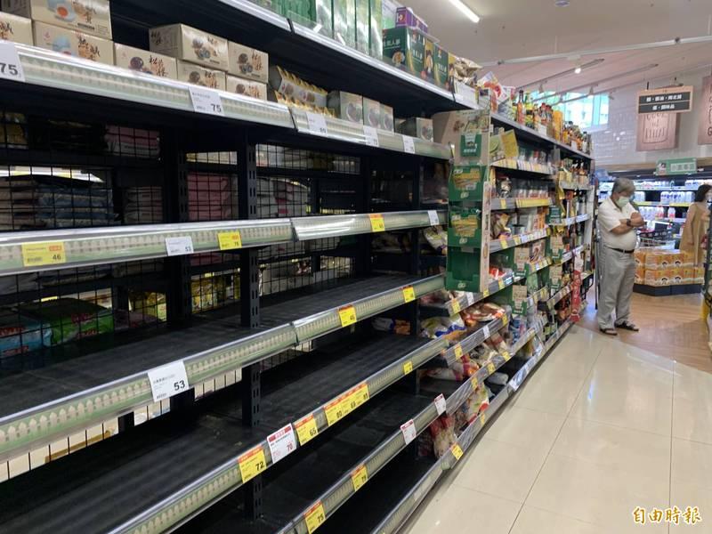 武漢肺炎(新型冠狀病毒病,COVID-19)國內疫情升溫,本月15日雙北率先進入第三級警戒,民眾紛紛到賣場、超市搶購民生物資。(資料照)