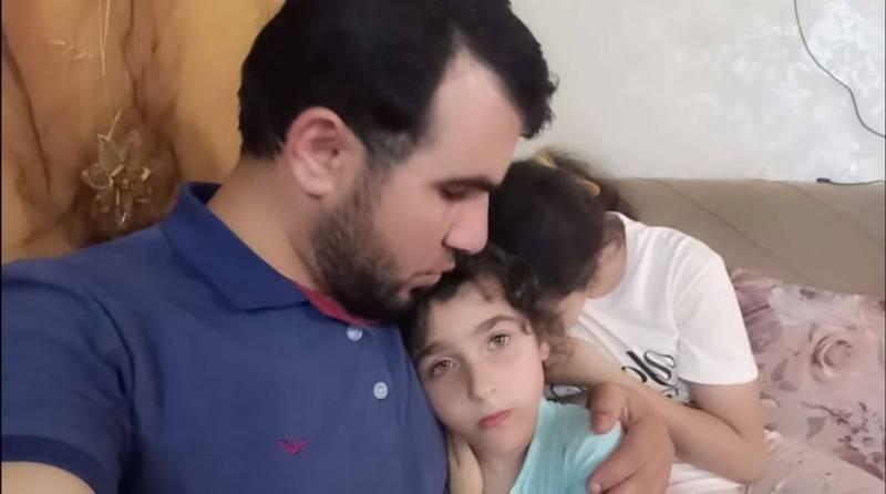 以色列頻頻空襲巴勒斯坦,一名父親在YouTube上傳一部影片,片中他鎮定安撫女兒,不久後傳出身亡消息。(翻攝自سارة وهالة ستارز YouTube)