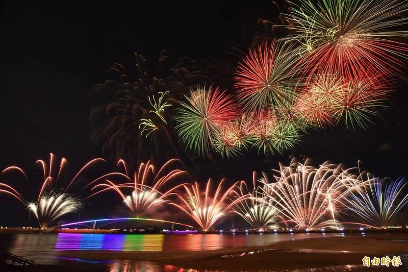 澎湖花火節因疫情延期而損失慘重。(資料照,記者劉禹慶攝)