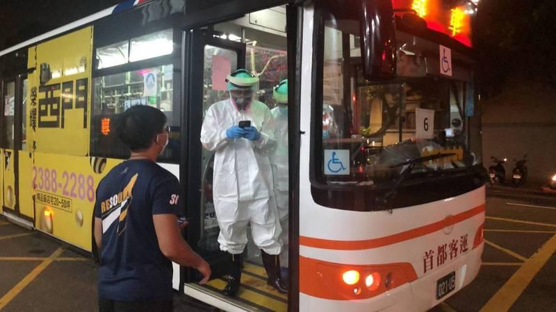 為因應大量確診者移動,北市成立專責運輸隊,包含8輛救護車、2輛消防局巴士,另也緊急徵調民營巴士10輛,全力投入防疫。(北市府提供)