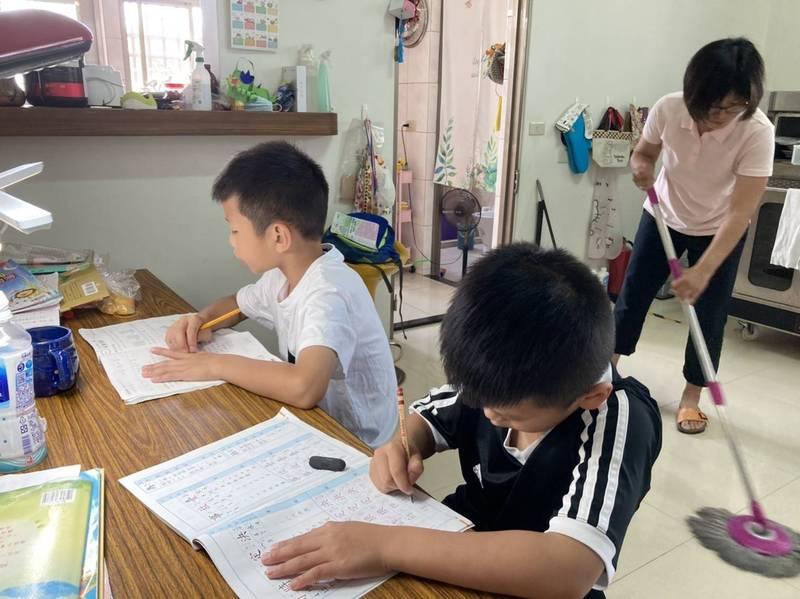 簡先生和太太希望在下周線上上課前,維持孩子在學校建立起來的生活習慣。(簡先生提供)
