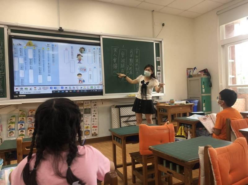 全台停課首日,針對「家長無力照顧的學生」,仍可到校學習,圖為桃園區快樂國小線上教學情形。(教育局提供)