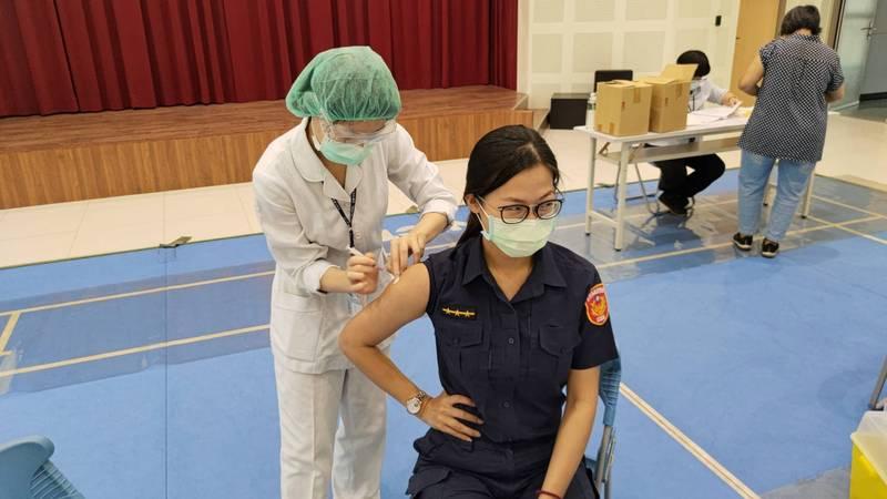 仁濟醫院昨派員到萬華分局幫同仁施打疫苗。(記者王冠仁翻攝)