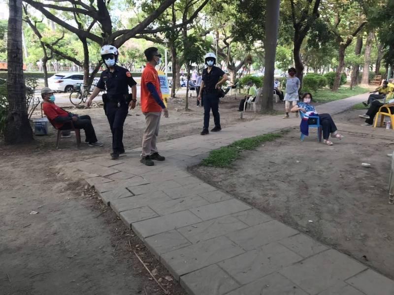 高雄中央公園民眾不甩禁令群聚,養工處會同警方前往勸離。(高雄市養工處提供)