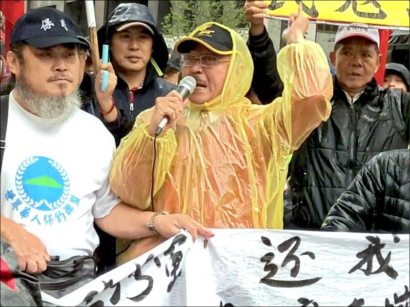 愛國同心會會長且是中國民進黨主席的周慶峻(中),涉嫌舉辦餐會賄賂選民。(資料照)