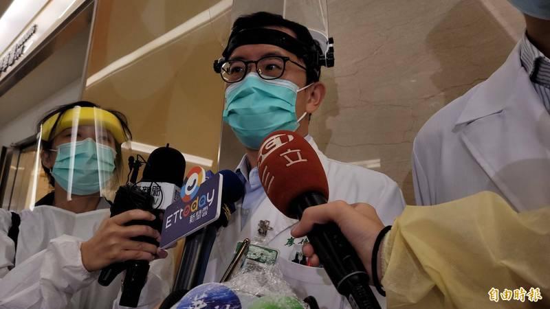 亞東醫院感染管制中心主任廖俊星說明院內群聚感染處置作為。(記者賴筱桐攝)