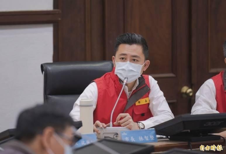 新竹市長林智堅今天表示,因應疫情嚴竣,竹市將增設國軍地區醫院停車場的社區篩檢站,本週完成並分擔五大醫院的篩檢量能。(記者洪美秀攝)