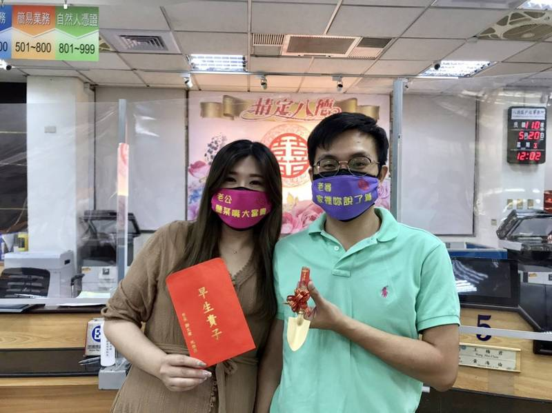 35歲新郎林昆鋒、34歲新娘陳秋伊表示,選在520登記是因好記,疫情升溫雖有猶豫,但還是選擇來登記。(記者鄭淑婷翻攝)