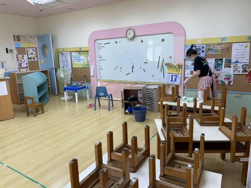 停課期間之幼兒園園長及老師也不得閒,需要進行園舍環境再次的消毒。示意圖,與新聞無關。(洪懿聲提供)