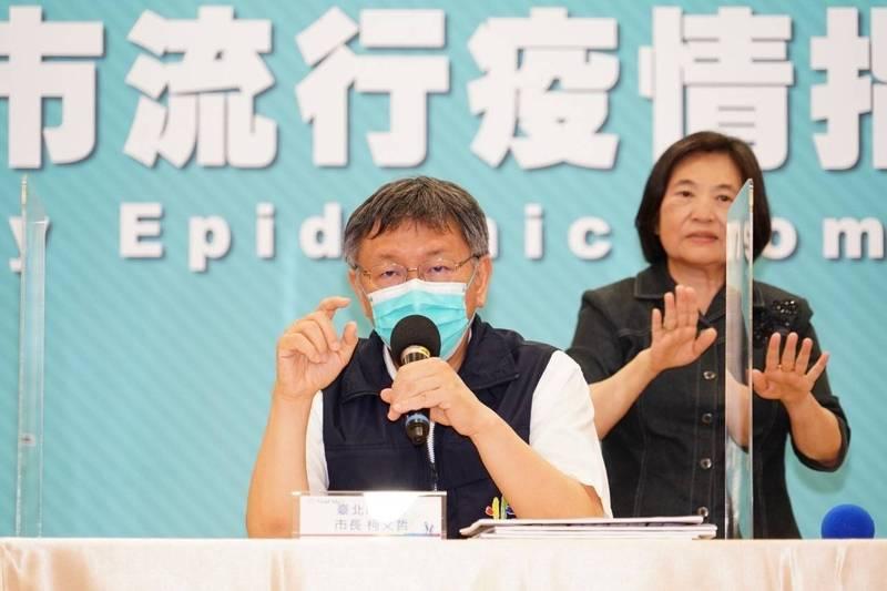 台北市長柯文哲下令,北市醫護全面施打疫苗,「不能不戴鋼盔就上前線」,過去有些醫護不想打,「現在由不得你」,從院長到清潔員工都必須施打,否則會造成院內危機。(北市府提供)