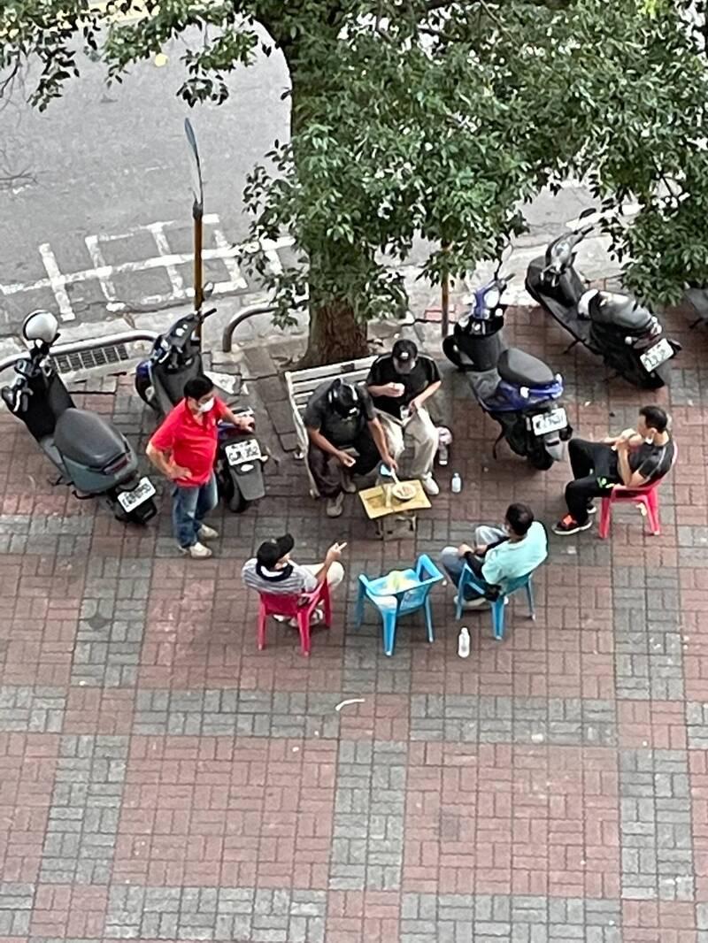 [討論] 中和壽德新村有人無視防疫規定群聚飲食