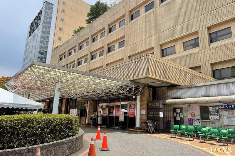 台灣武漢肺炎本土病例激增,全國提升至三級防疫警戒,不少醫院也祭出相關規範,本報在此為讀者整理全台醫院異動資訊。圖為台大醫院。(記者邱芷柔攝)