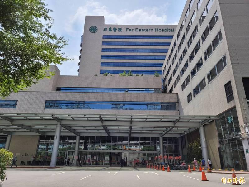 全台目前共23間醫院傳出院內員工確診,其中以新北亞東醫院14例最為嚴峻;提醒民眾,疫情升溫期間,配合醫院降載,無急迫需求勿前往大醫院。圖為亞東醫院。(資料照)