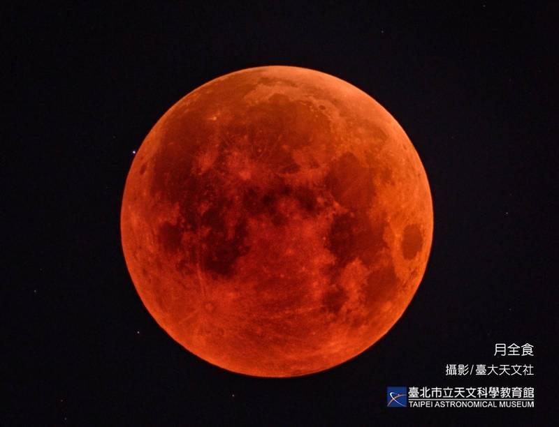月全食。(台北市立天文科學教育館提供)
