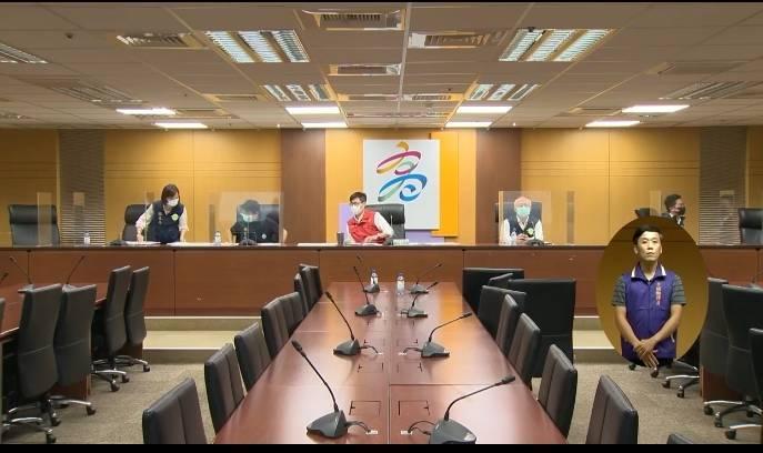 高雄市長陳其邁(中)指出,串門子海鮮為密閉群聚感染。(高雄市政府提供)