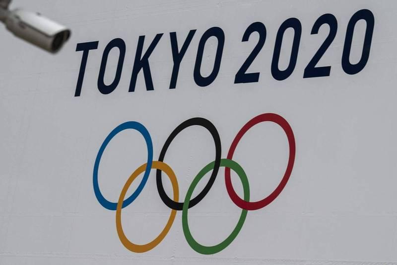 東京奧運的外國代表團總人數將大幅限縮至6.9萬人,但傳染病專家呼籲人數應更低。圖為東京都廳外展示的東京奧運宣傳布條。(法新社檔案照)