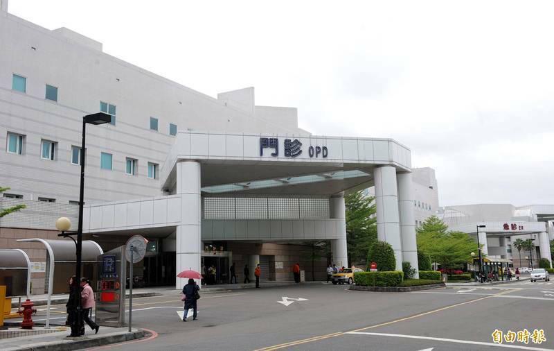 三軍總醫院一名住院病患被檢出陽性確診,後來第二波篩檢有一名外包的護佐人員和同病房的護理人員也被確診,共計3人。(資料照)