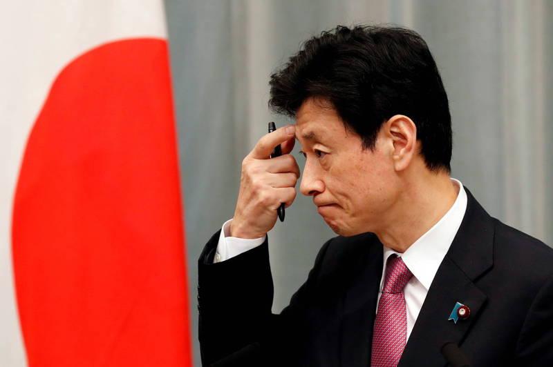 日本政府有意再度擴大緊急事態實施範圍,將沖繩縣納入實施地區。圖為西村康稔。(路透)