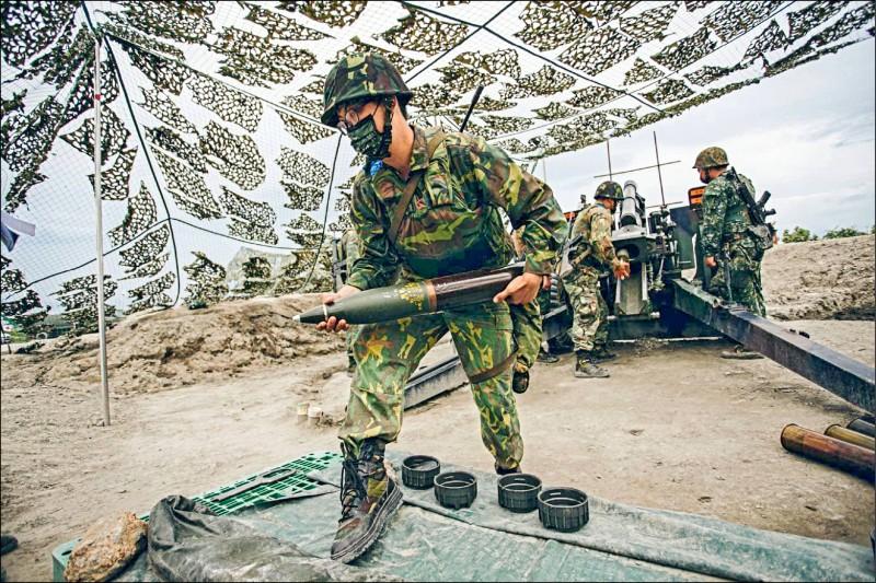 強化後備戰力,立院昨三讀通過「國防部全民防衛動員署組織法」,圖為去年後備軍人參與漢光演習火砲實彈射擊。(取自國防部發言人臉書)