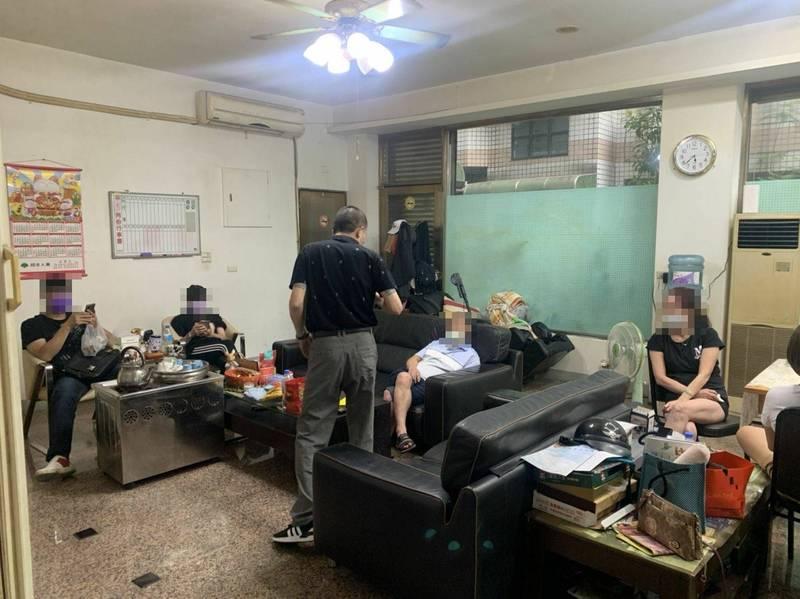 宜蘭縣羅東警方20日發現有民眾在室內群聚,超過5人上限,將相關資料函報縣衛生局裁罰。民眾經勸導後戴上口罩,接受警方詢問。(記者蔡昀容翻攝)