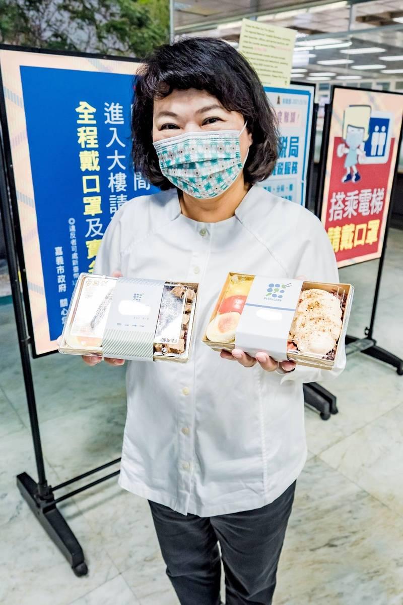 嘉義市長黃敏惠外帶便當,以身作則鼓勵市民外帶在家安心吃美食。(嘉義市政府提供)